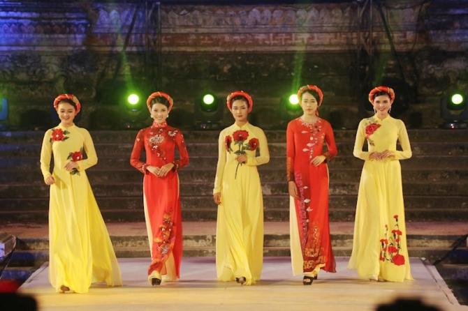 Áo dài tỏa sáng bên dòng Hương Giang-Huế 2016 Festival