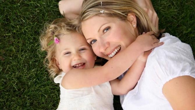 10 điểm khác biệt giữa cách nuôi con của bà mẹ Việt và Mỹ