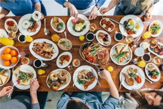 Ngồi với bạn khiến ta ăn uống nhiều hơn