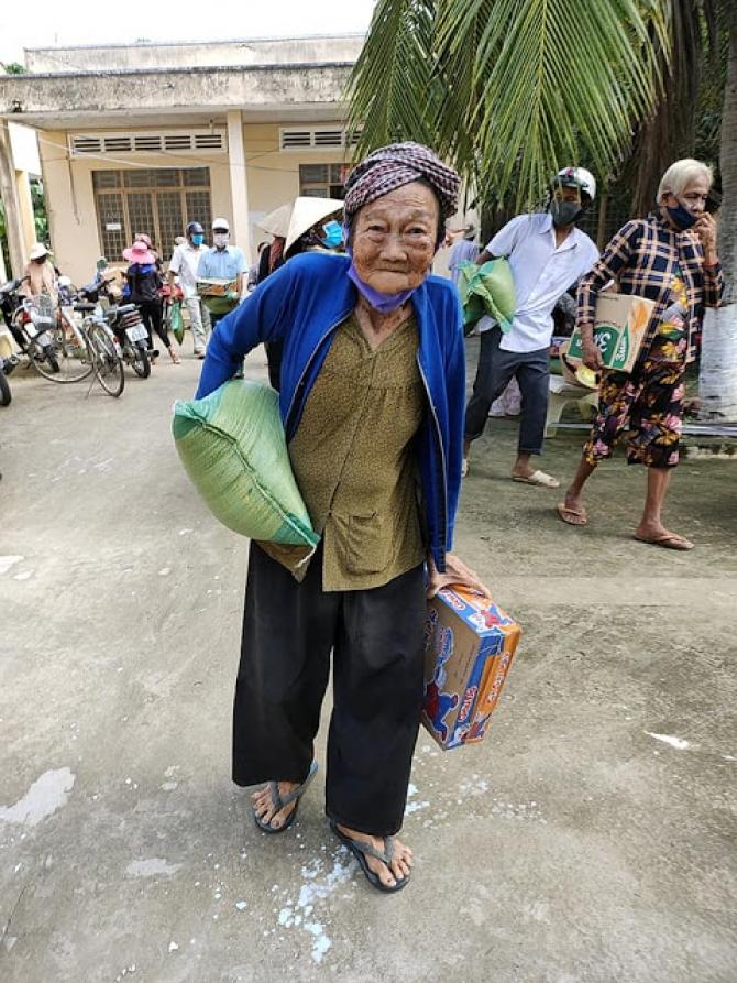Phát gạo miễn phí cho người nghèo ở Việt Nam