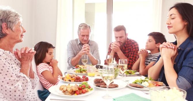Tại sao người Công Giáo vinh dự làm dấu và cầu nguyện trước khi ăn?