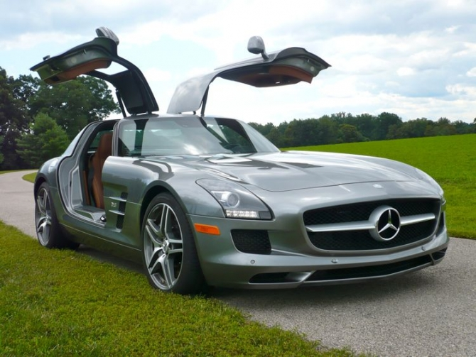 Mercedes SLS AMG  vs  Mercedes CLK63 AMG Black Series