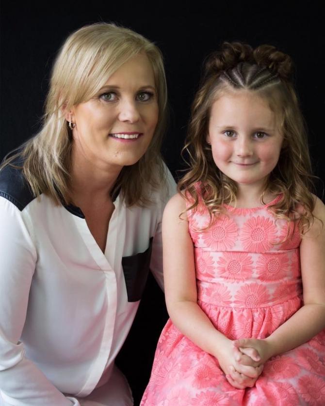 Bà mẹ sáng tạo hàng trăm kiểu tóc tết cho con gái