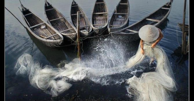 Nón lá đi cùng những mảnh đời Việt Nam lam lũ - Về đây nghe em,về với biển ngọt ngào....
